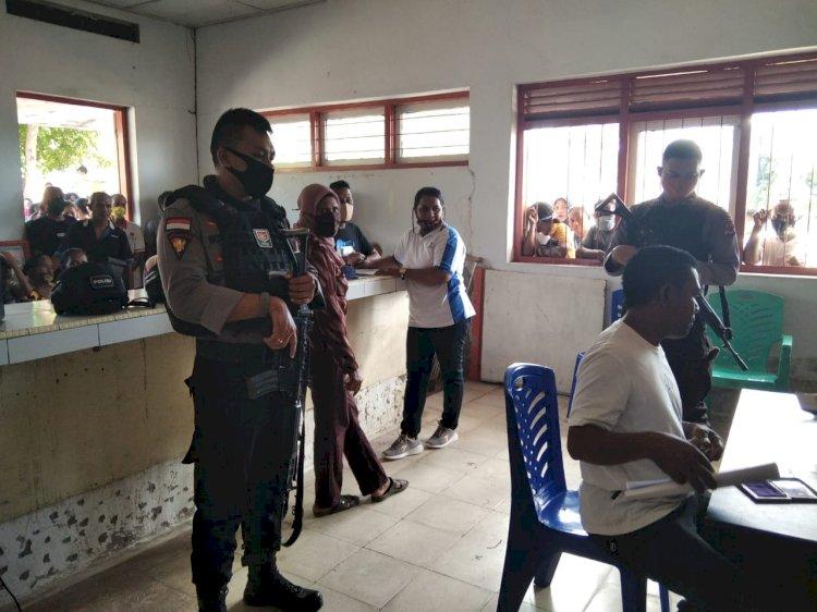 Anggota Sat Sabhara Polres Lembata Lakukan Pengamanan Pembagian BLT Di Kelurahan Lewoleba Utara.