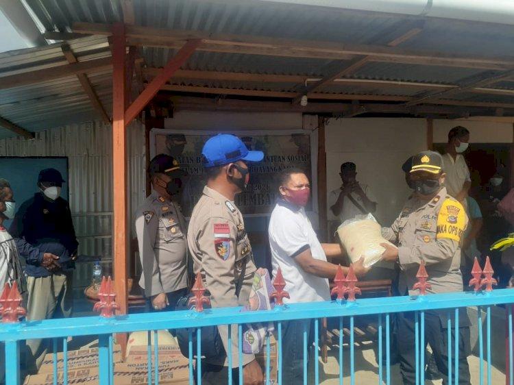 Menjelang Hut Bhayangkara Ke-75 Polres Lembata Berikan Bantuan Sosial Kepada Buruh Pelabuhan Laut Lewoleba.