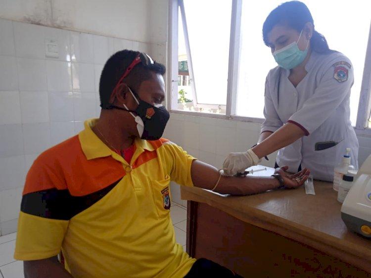 KBO Sabhara Polres Lembata Donorkan Plasma Darah Untuk Masyarakat Positif Covid-19.