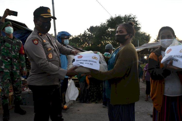 TNI-POLRI Bagikan 150 Karung Beras Dalam Rangka PPKM Dampak Covid-19 di Wilayah Kab. Lembata.