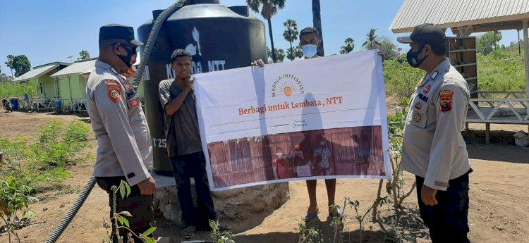 Kapolsubsektor Ile Ape Bersama Bhabinkamtibmas Bagikan Air Bersih Untuk Warga Desa.