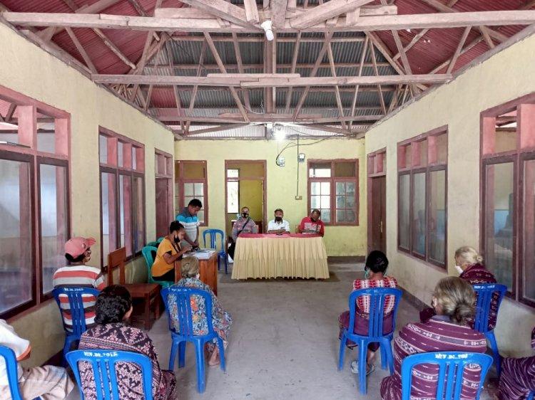 Kapospol Atadei Pantau Pembagian BLT Di Kantor Desa Lerek.