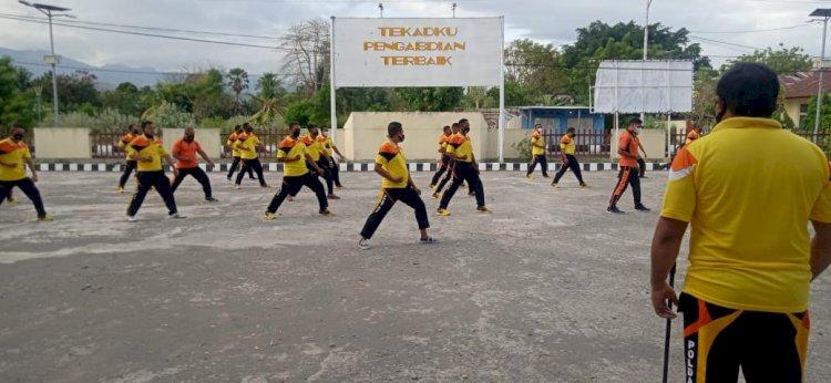 Tingkatkan Kemampuan Individu Personil Polres Lembata Lakukan Latihan Beladiri Polri.