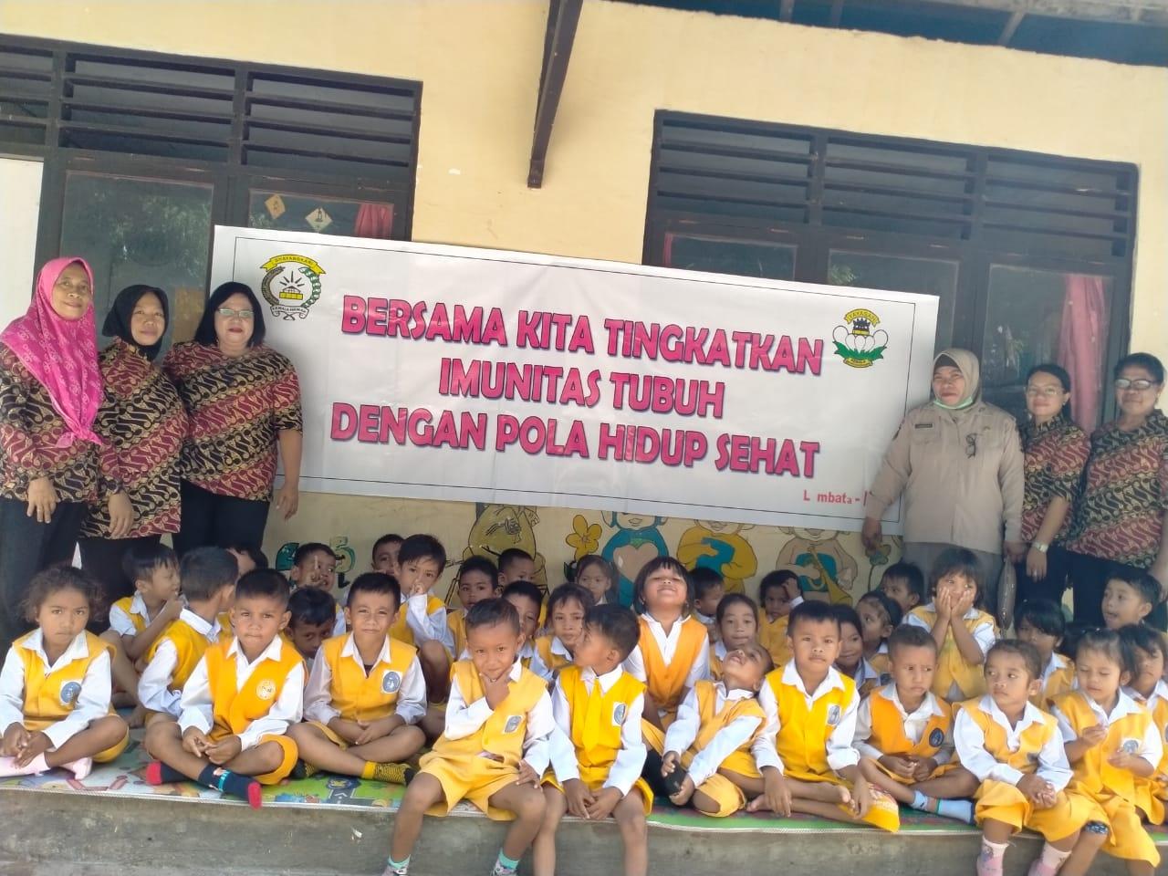 Peduli kesehatan murid TK Kemala Bhayangkari 10, Pengurus Yayasan Kemala Bhayangkari Cabang Lembata lakukan ini