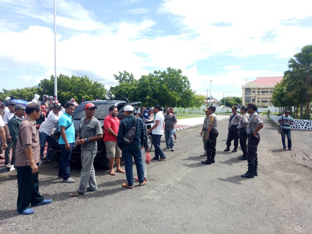 Polres Lembata dibawah pimpinan Kabag Ops Polres Lembata amankan Aksi Damai di Kantor Bupati dan DPRD Kabupaten Lembata