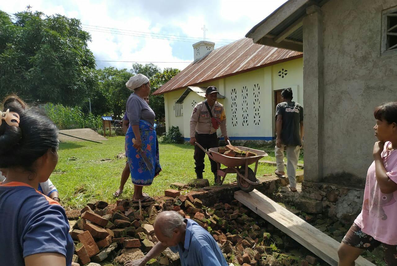 Tingkatkan rasa kepedulian, Brigpol Hasan Mansyur ikut bergotong-royong bersama masyarakat desa Hingalamamengi bangun Gereja