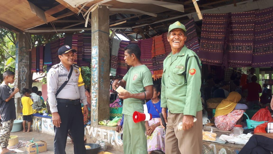Bhabinkamtibmas Desa Watodiri Bripka Socherman Eduard Gandeng Linmas Amankan Pasar Waipukang