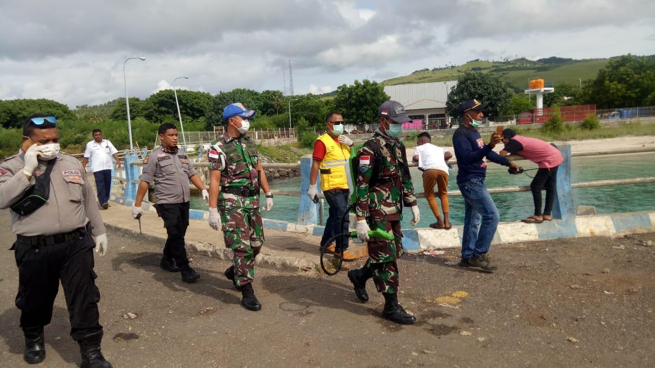 KPPP Polres Lembata bersama TNI dan Tim gabungan melakukan serangkaian Sop pencegahan Penyebaran corona pada penumpang kapal feri