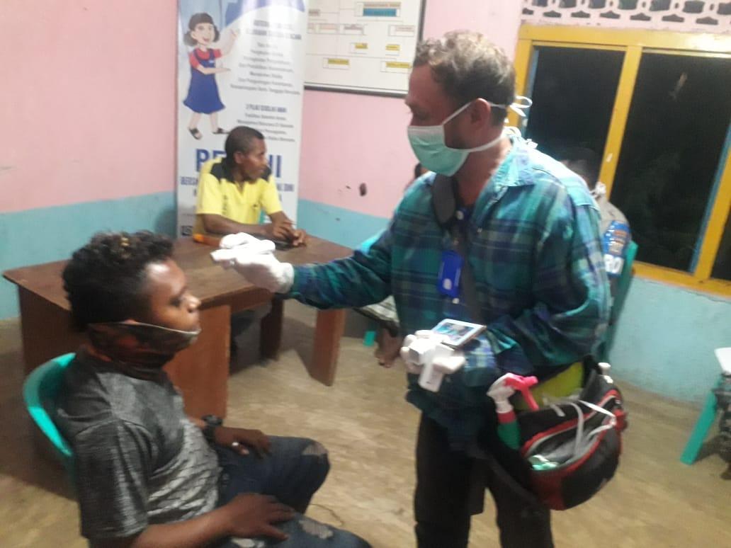 Anggota Polsek Omesuri berkordinasi dengan tim pencegahan covid 19 omesuri, lakukan pengecekan seorang warga leudanung